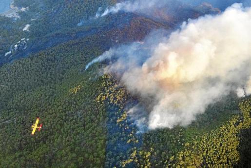Imagen aérea del fuego en Benirrás, que lleva activo desde el pasado domingo.