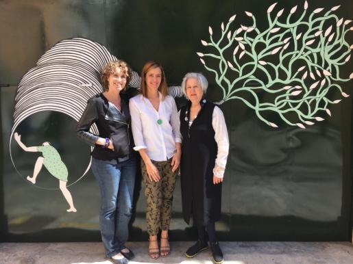 """Olimpia Velasco inauguró el nuevo espacio de la galería Lluc Fluxà con la exposición """"Plan de vuelo"""". En la foto Marta Salleras, Olimpia Velasco y Maria de Lluc Fluxà."""