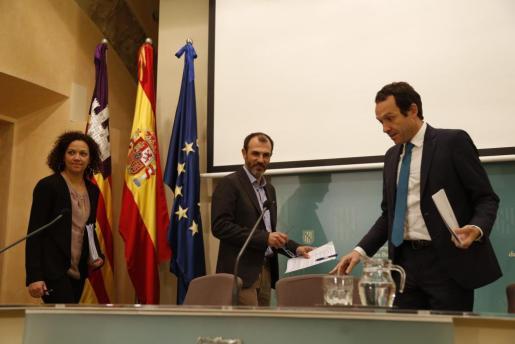 Biel Barceló, en el centro de la imagen, junto a los consellers Catalina Cladera y Marc Pons.