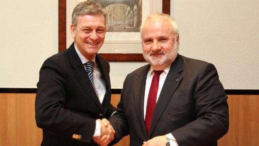Los rectores de las universidades UOC y UAO CEU tras la firma del convenio.
