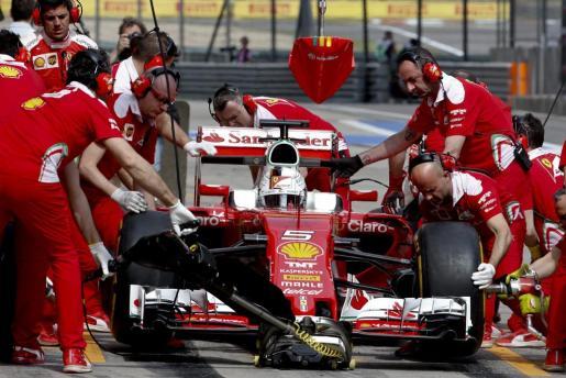 El piloto alemán de Fórmula Uno Sebastian Vettel, de Ferrari, cambia neumáticos durante la sesión de entrenamientos en el circuito internacional de Shanghái (China), este viernes 15 de abril de 2016.