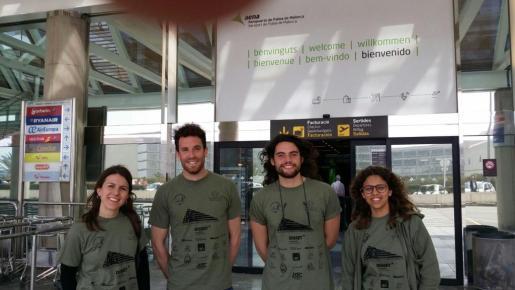 Maria Pascual, Sion Moyà, Francesc Abrines y Catalina Victòria Moyà, este viernes en el aeropuerto de Palma, justo antes de poner rumbo hacia la ciudad griega de Idomeni.