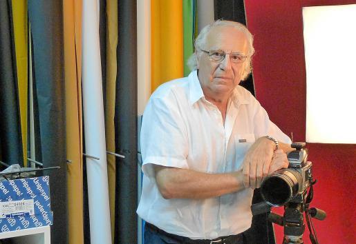 Gabriel Bennàssar, el fotógrafo más veterano del pueblo, en su histórico estudio del Carrer Major.