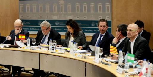 El conseller de Asuntos Exteriores, Relaciones Institucionales y Transparencia de la Generalitat catalana, Raül Romeva (d), asiste al Consejo de Política Fiscal y Financiera, que preside el ministro de Hacienda y Administraciones Públicas en funciones, Cristóbal Montoro (i), este viernes en la sede del Ministerio en Madrid.