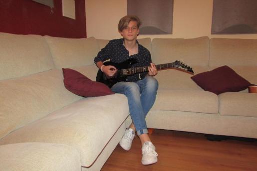 El joven cantante Calum.