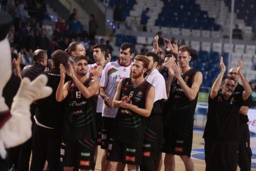 Los jugadores del Palma Air Europa aplaudiendo a la afición al final del partido ante el Barcelona B.