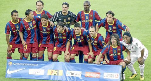 B21. BARCELONA, 25/08/2010.- Los jugadores del F.C.Barcelona, posan junto al jugador del Milan y ex azulgrana Ronaldinho Gaucho (d) en el homenaje al centrocampista brasileño previo a la disputa de la edición 45 del trofeo Joan Gamper que enfrenta a ambos equipos esta tarde en el Camp Nou. EFE/Albert Olivé    ESPAÑA-FÚTBOL-BARCELONA