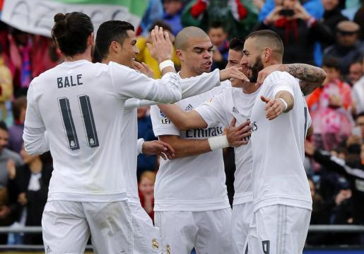 El delantero francés del Real Madrid Karim Benzema (d), celebra con sus compañeros el primer gol ante el Getafe.
