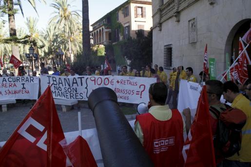 Los manifestantes, frente al Consolat de la Mar.