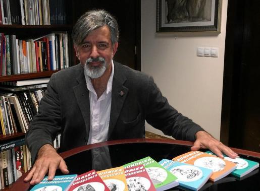 Antoni Mir, socio fundador y secretario de esta entidad, posa con los ocho primeros tomos de la edición popular de esta histórica colección, que integran un total de 24 volúmenes.