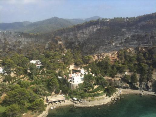 Vistas aéreas de las zonas afectadas por el fuego en el incendio de Benirràs.
