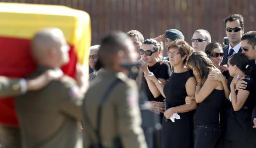 Los familiares de los dos guardias civiles y el intérprete fallecidos ayer en un atentado en en Qala e Naw, en Afganistán lloran al paso de los piquetes de los Ejércitos y de la Guardia Civil que se han hecho cargo de los féretros.