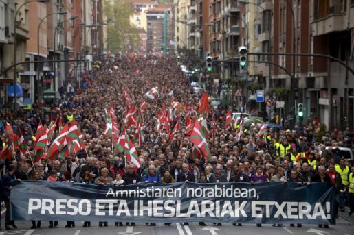 Miles de personas han marchado en Bilbao en defensa de los derechos de los presos de ETA.