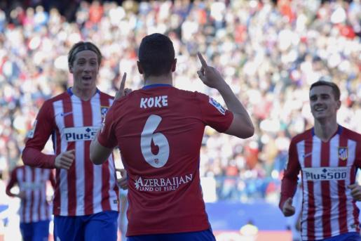 El centrocampista del Atlético de Madrid, Koke Resurrección (c), recibe la felicitación de sus compañeros Fernando Torres (i) y Antoine Griezmann (i), tras conseguir el primer gol ante el Granada.
