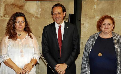Transparència depende de Ruth Mateu (a la derecha), pero el Govern prefiere que el acceso de los ciudadanos a la información esté en manos de Pilar Costa (izquierda), consellera de Presidència.