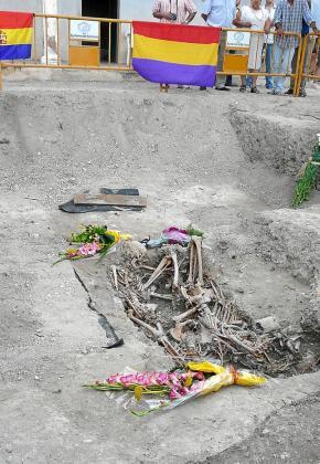 Fosa descubierta en el cementerio de Sant Joan con tres asesinados. .