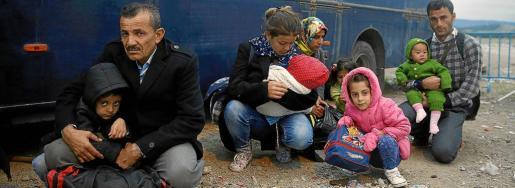 Refugiados sirios de distintas edades, a la espera de poder cruzar la frontera entre Grecia y Macedonia.