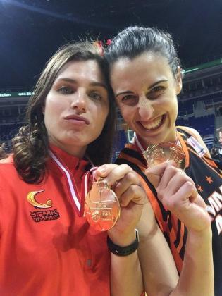 Anna Petrakova y Alba Torrens celebran la victoria.