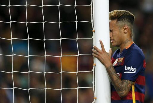 El jugador del F.C. Bacerlona Neymar lamenta una ocasión perdida.