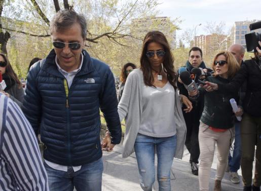 El periodista Paco González, acompañado de su esposa Mayte, a su llegada este lunes a la Audiencia de Madrid que juzga a Lorena G.F., acusada de intentar matar a la mujer del periodista, para quien el fiscal pide 34 años de internamiento en centro psiquiátrico al considerar que sus facultades estaban anuladas por el trastorno delirante de tipo erotomaníaco que padece.