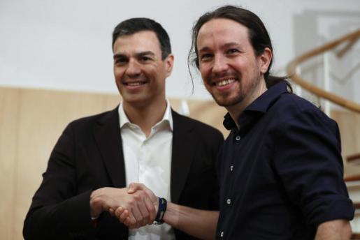 Los líderes del PSOE, Pedro Sánchez (i), y de Podemos, Pablo Iglesias (d), al inicio de la reunión que mantuvieron el pasado 30 de marzo en el Congreso.