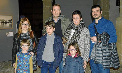 Eva Cerdà con el pequeño Josep, Joan Serra, Joan Serra, Kika Ferrer con Águeda y Toni Font.