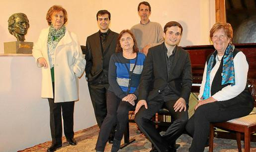 Encarnación Quetglas, José Menor y Gabriel Fiol Quetglas. Sentados: Mercedes y Briguitta Quetglas junto a Francisco Fullana.