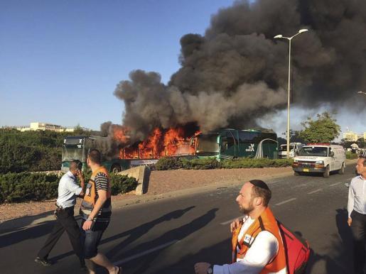Fotografía facilitada por el Maguen David Adom (equivalente a Cruz Roja) de un autobús en llamas tras la explosión en la que al menos 16 personas han resultado heridas.