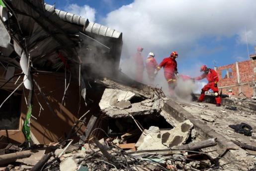 Organismos de rescate trabajan en el rescate de varios cuerpos bajo la estructura de un hotel desplomado este lunes 18 de abril de 2016, tras un fuerte sismo de 7,8 grados que sacudió al país en la zona hotelera de Tarqui en Manta (Ecuador) el pasado sábado 16 de abril.
