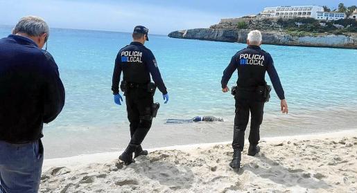 Agentes de la Policía Local de Manacor junto al cadáver aparecido en Calas de Mallorca.