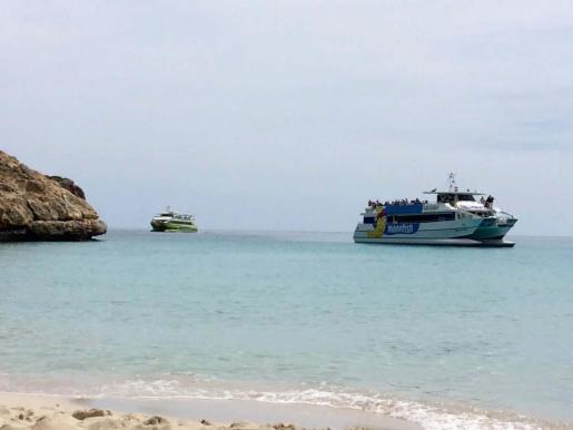 Dos embarcaciones repletas de turistas se acercaron hasta la playa de Cala Varques en su recorrido por la costa del Llevant. En esta ocasión, el pasado fin de semana, no desembarcaron pero se acercaron a la costa manacorina.