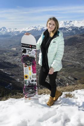 Fotografía de archivo tomada el 9 de marzo de 2015 que muestra a la suiza Estelle Balet, última ganadora del 'Swatch Freeride World Tour' de snowboard, en Vercorin en el Cantón de Valais (Suiza). La policía suiza ha informado que la joven, de 21 años, ha fallecido al ser sepultada por una avalancha durante el rodaje de una película.