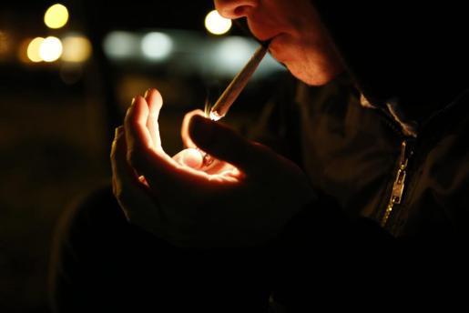 Imagen de un joven consumiendo cannabis.
