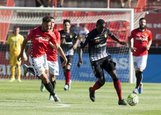 El jugador francés del Real Mallorca Michael Pereira conduce el balón entre dos rivales durante la derrota del conjunto bermellón en su últioma visita a Tarragona (1-0).