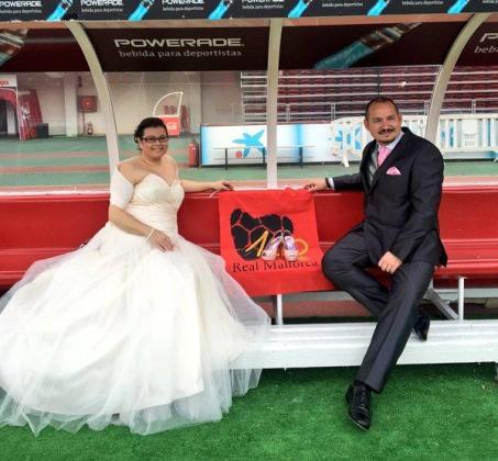 Encarna y Pedro, aficionados y voluntarios del Real Mallorca, han realizado sus fotos de boda en el estadio de Son Moix.