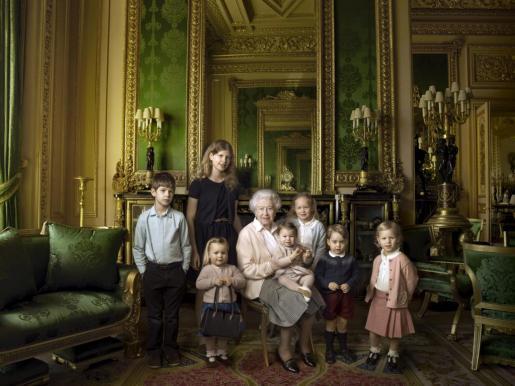 La Reina junto a sus nietos y bisnietos más pequeños.