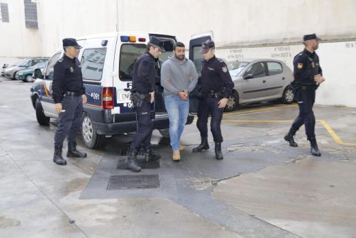 El presunto yihadista, a su llegada a los juzgados de Palma.