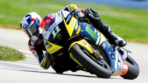 El piloto estadounidense de motoGP, Ben Spies (Yamaha), conduce su moto durante la sesión de entrenamientos oficiales del Gran Premio de Indianápolis.