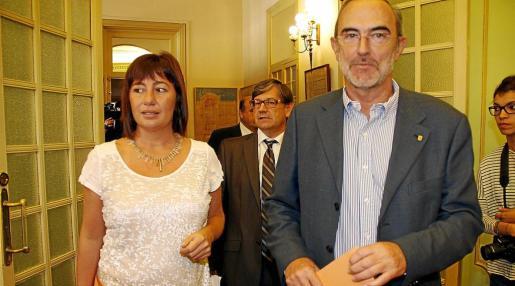 Antonio Diéguez, presidente del Consell Consultiu, con Francina Armengol, jefa del Ejecutivo balear.