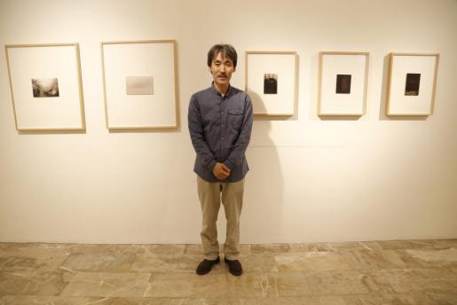 Masao Yamamoto junto a sus obras, en el Claustre de Sant Bonaventura.