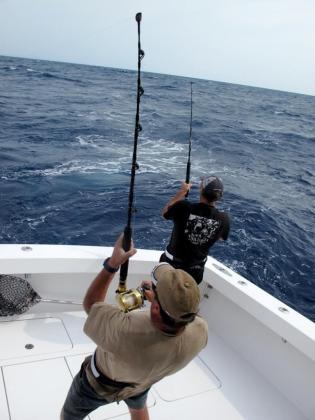 Aficionados practicando la pesca de altura.