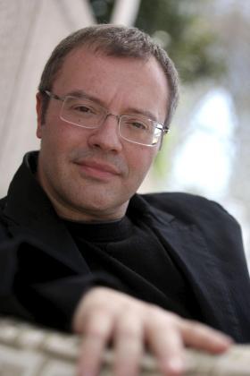 El director y guionista Daniel Monzón visita Palma para hablar sobre su labor cinematográfica.