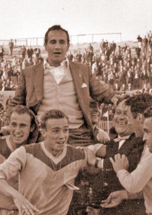 Juan Carlos Lorenzo a hombros, tras el ascenso a Primera.