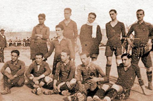 El Alfonso XIII 191-20 posa antes de un partido.