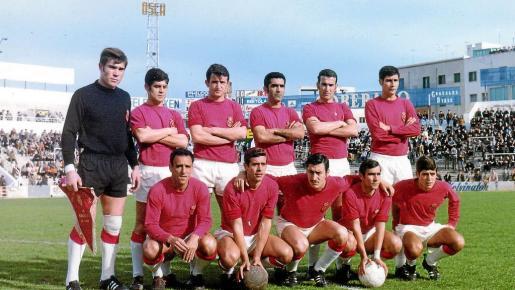 Foto de la temporada 1968-1969. De pie: Gost, Doro, Sans, Victoriero, Robles y Parera. Agachados: Canario, Cano, Domínguez, Conesa y Rosselló.