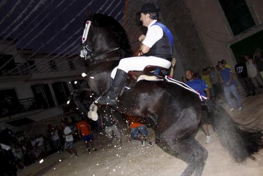 Los caballos saltan al ritmo de las notas de la Banda de Música y jaleados por decenas de jóvenes.