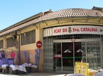 En el mercado semanal de Santa Catalina se pueden encontrar productos hortofrutícolas, plantas, flores, ropa y calzado.