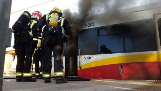 Los bomberos han acudido a sofocar el incendio del vagón tras ser avisados pasadas las 7.15 horas de esta mañana.
