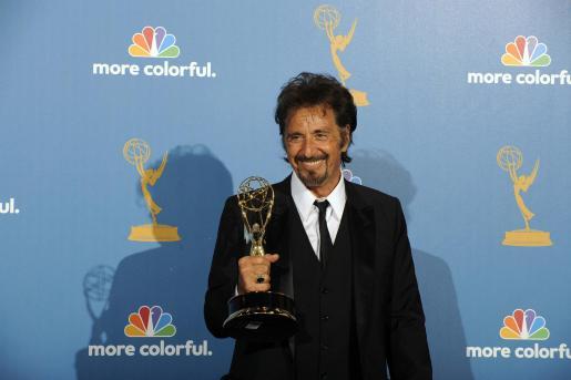 """AGX102. HOLLYWOOD (CA, EE.UU.), 29/08/2010.- El actor estadounidense Al Pacino sostiene el galardón de la categoría mejor actor en una miniserie o película para televisión por su trabajo en """"You Don't Know Jack"""" hoy, domingo 29 de agosto de 2010, durante la 62 edición de entrega de los premios Emmy en el Nokia Theatre de Los Àngeles, California (EE.UU.). La gala reconoce los mejores programas en horario estelar de la televisión de Estados Unidos. EFE/Paul Buck  EEUU-PREMIOS EMMY"""