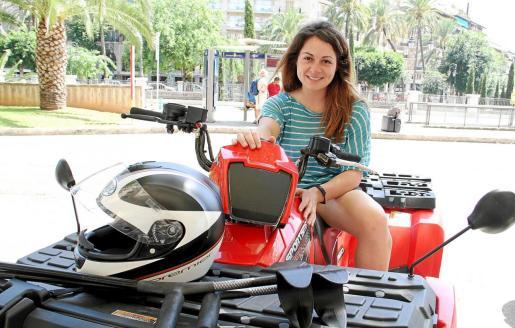 Ursula Pueyo, sobre su moto.